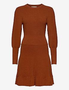 PEPLUM DRESS - strikkede kjoler - auburn