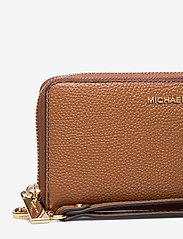 Michael Kors - LG FLAT MF PHN CASE - beurzen - luggage - 3
