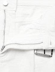 Michael Kors - PLEATED BELTED DNM SHORT - korte jeansbroeken - white - 3