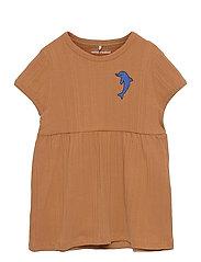 Dolphin emb ss dress - BROWN
