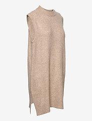 MOSS COPENHAGEN - Cardea Zenie Long Vest - knitted vests - sand melange - 2