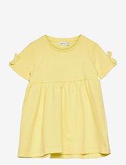 name it - NMFFARHANA LIGHT SWEAT DRESS UNB - kleider - yellow pear - 0