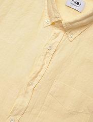 NN07 - Levon Shirt 5706 - peruspaitoja - pale sun - 2