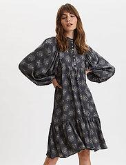 ODD MOLLY - My Medallion Dress - midi kjoler - dark shadow - 0