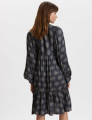 ODD MOLLY - My Medallion Dress - midi kjoler - dark shadow - 4