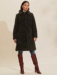 ODD MOLLY - Amandine Long Jacket - fausse fourrure - green asphalt - 0