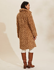 ODD MOLLY - Amandine Long Jacket - faux fur - soft taupe - 4