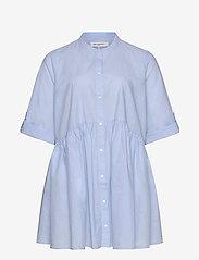 ONLY Carmakoma - CARCHICAGO LIFE 2/4 DNM TUNIC DRESS - long sleeved blouses - light blue denim - 2