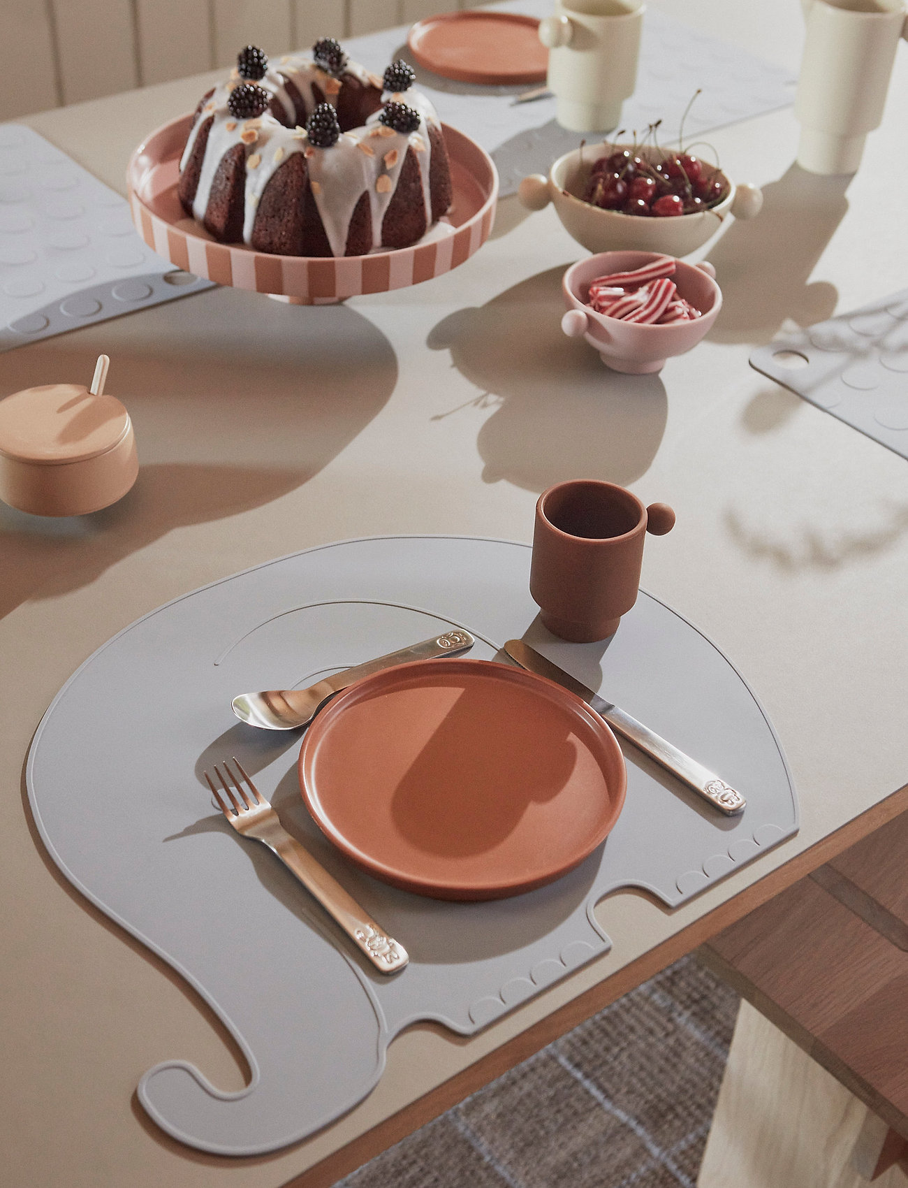 OYOY Living Design - Toppu Tray - Large - kakefat - caramel / rose - 1