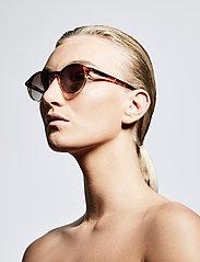 Pilgrim - Sunglasses Roxanne - rond model - brown - 2
