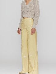 REMAIN Birger Christensen - Ariane Trousers - bukser med brede ben - straw - 5
