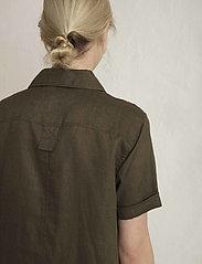 Residus - PINE LINEN SHIRT - overhemden met korte mouwen - dark pine - 4
