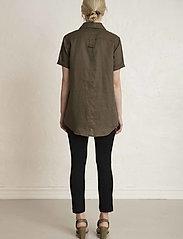 Residus - PINE LINEN SHIRT - overhemden met korte mouwen - dark pine - 5