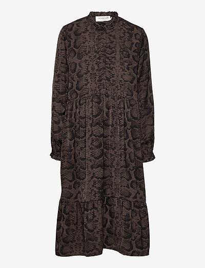 Recycled polyester dress ls - jurken & rokjes - smoaked oak snake print