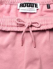 ROTATE Birger Christensen - Roda Shorts Large Print - shorts casual - lilas - 8