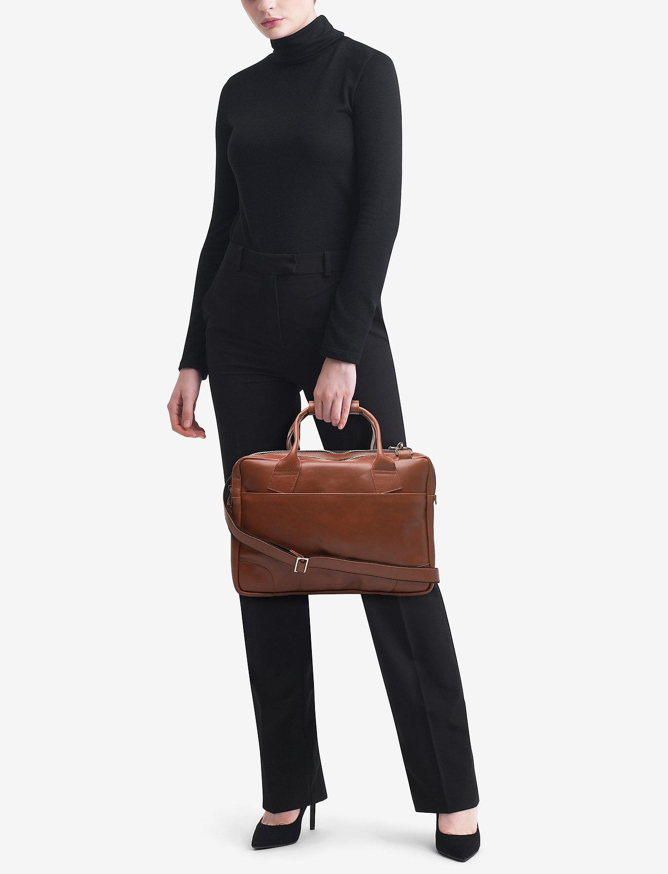 Royal RepubliQ Nano big zip bag leather - COGNAC