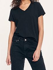 Samsøe Samsøe - Solly v-n t-shirt 205 - t-shirts - black - 0