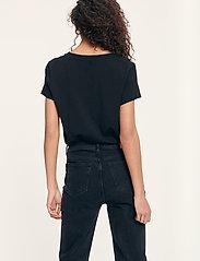 Samsøe Samsøe - Solly v-n t-shirt 205 - t-shirts - black - 3