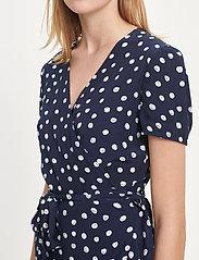 Samsøe Samsøe - Linetta dress aop 10056 - omlottklänningar - blue doodle dot - 4