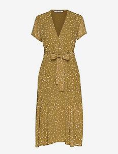 Klea long dress aop 6621 - omlottklänning - feuilles khaki