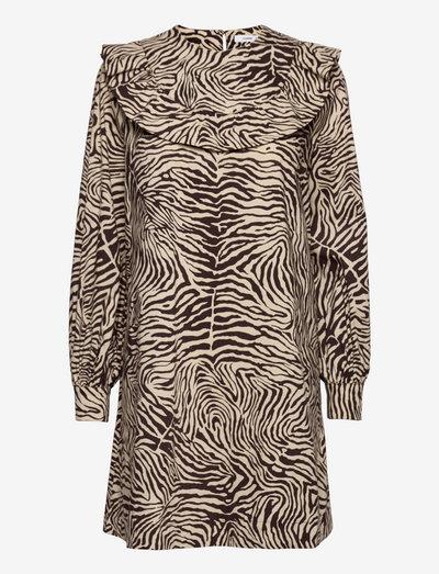 Odette dress aop 10783 - sommarklänningar - choco zebra