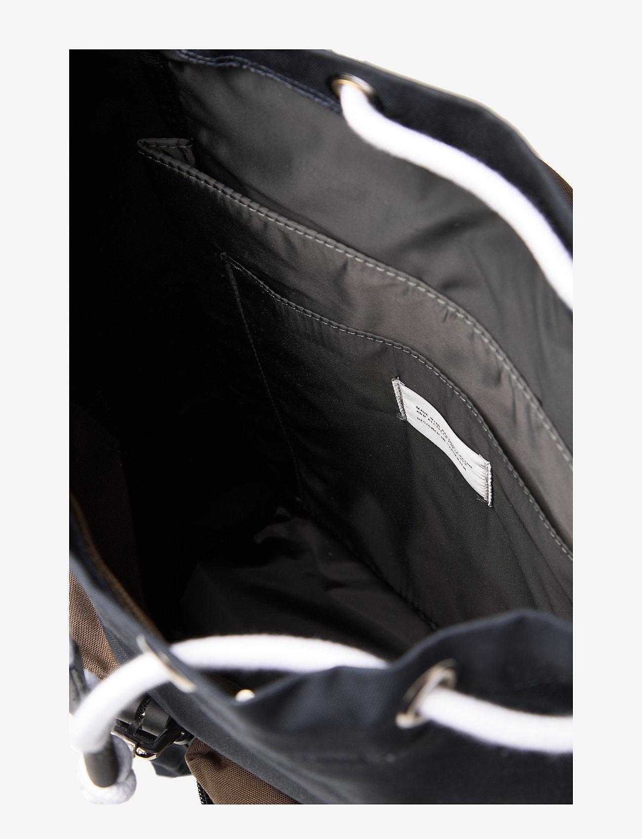 Sandqvist Skoletasker Roald multi navy with black leather
