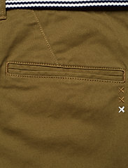 Scotch & Soda - Ams Blauw Stuart chino with belt in stretch peached quality - chinos - military green - 4