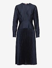 Scotch & Soda - Feminine dress with pleated skirt in structured quality - kveldskjoler - night - 0