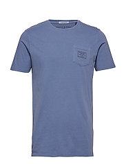 Garment-dyed crewneck tee with chestpocket - DENIM BLUE