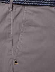 Scotch & Soda - Ams Blauw Stuart chino with belt in stretch peached quality - chinos - grey - 2