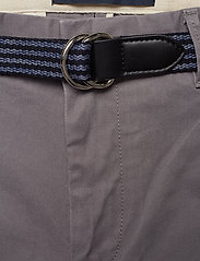 Scotch & Soda - Ams Blauw Stuart chino with belt in stretch peached quality - chinos - grey - 3