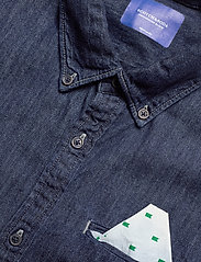 Scotch & Soda - Ams Blauw regular fit denim shirt with pochet pocket detail - peruspaitoja - indigo blue - 3