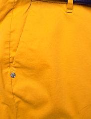 Scotch & Soda - Ams Blauw chino in stretch twill with belt - chinos - new york yellow - 2
