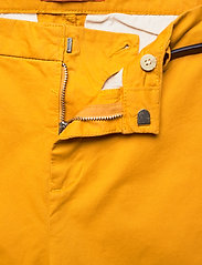 Scotch & Soda - Ams Blauw chino in stretch twill with belt - chinos - new york yellow - 3
