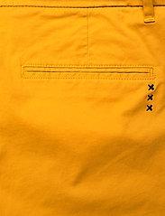 Scotch & Soda - Ams Blauw chino in stretch twill with belt - chinos - new york yellow - 4