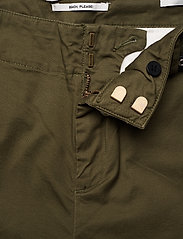 Scotch & Soda - Regular fit chino, sold with a belt - chinos - military - 3