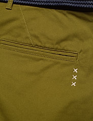 Scotch & Soda - Stuart peached twill chino with give away belt - chinos - military green - 4