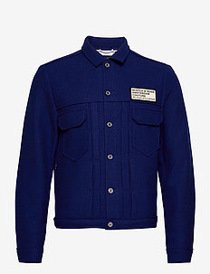 Trucker jacket in boiled wool with chest badge - uldjakker - yinmin blue