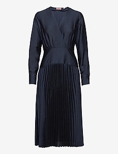 Feminine dress with pleated skirt in structured quality - aftenkjoler - night