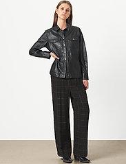 Second Female - Gitte Leather Shirt - langærmede skjorter - black - 4