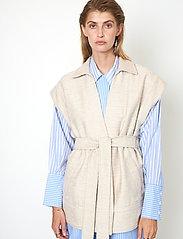 Second Female - Hilla Waistcoat - stickade västar - cement - 0