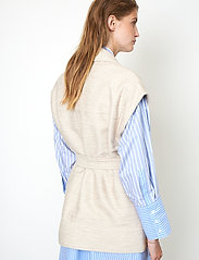 Second Female - Hilla Waistcoat - stickade västar - cement - 6