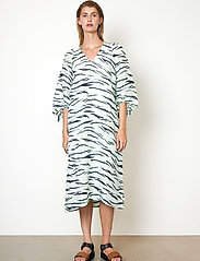 Second Female - Tiger Midi Dress - sommarklänningar - clearly aqua - 0