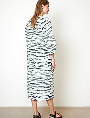Second Female - Tiger Midi Dress - sommarklänningar - clearly aqua - 6