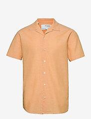 Selected Homme - SLHREGNEW-LINEN SHIRT SS RESORT W - geruite overhemden - buckskin - 0