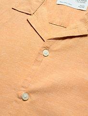 Selected Homme - SLHREGNEW-LINEN SHIRT SS RESORT W - geruite overhemden - buckskin - 3