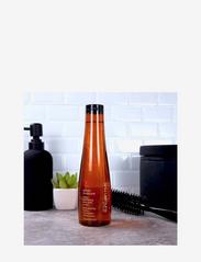 Shu Uemura Art of Hair - Urban Moisture Shampoo - shampoo - clear - 2