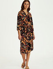 Soaked in Luxury - SL Zaya Dress - vardagsklänningar - dizzy floral print black - 3