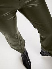Soaked in Luxury - SLKaylee PU Kickflare Pants - læderbukser - climbing ivy - 5