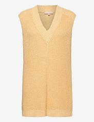 Soft Rebels - SRTammy V-neck Knit Vest - knitted vests - reed yellow - 0